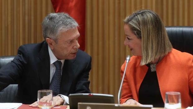 Crespo junto a la presidenta de la Comisión de Investigación sobre la crisis financiera en España, Ana Oramas, este miércoles en Madrid