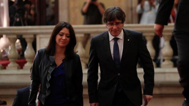 El expresidente de la Generalitat Carles Puigdemont junto a su mujer, Marcela Topor