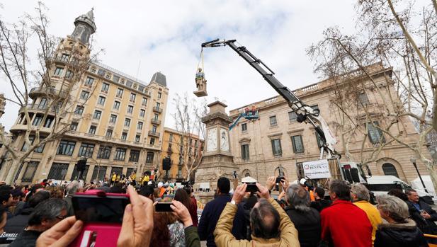 Operarios del Ayuntamiento retiran la estatua de Antonio López, el pasado 4 de marzo