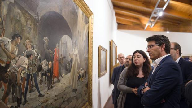 Jorge Rodríguez contempla una de las obras de la muestra