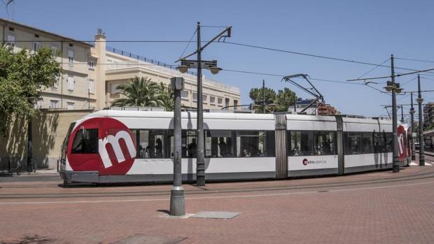 Un tranvía circulando por Valencia