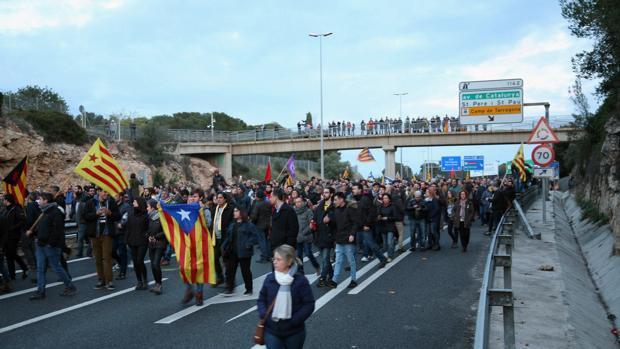 Un CDR cortando una autovía catalana en Lérida