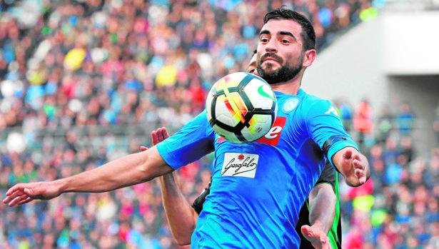 Raúl Albiol juega de defensa central en el Napolés