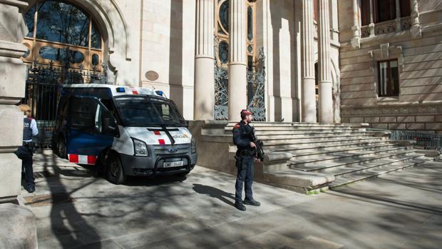 Mossos d'Esquadra protegen la sede del TSJC tras entrar en vigor el nuevo plan de seguridad
