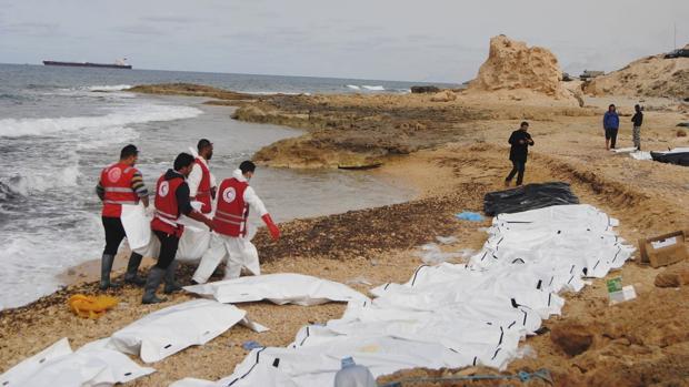 Cuerpos de inmigrantes arrastrados a las costas libias en febrero del año pasado