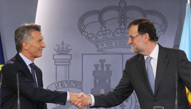 Apretón de manos entre Macri y Rajoy en febrero de 2017 en un acto en La Moncloa