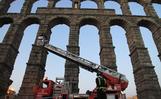 Los bomberos en el Acueducto de Segovia