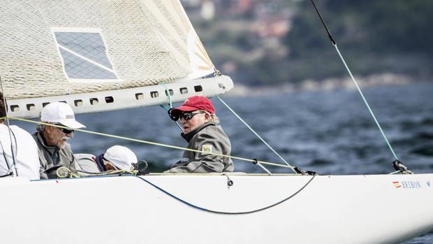 Don Juan Carlos a bordo del «Bribón», en aguas de Bayona en septiembre de 2017