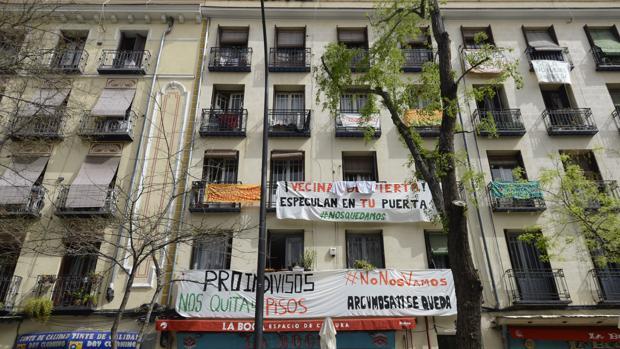 Fachada del edificio en la calle de Argumosa, 11, en Lavapiés, con pancartas que rezan «No nos vamos»