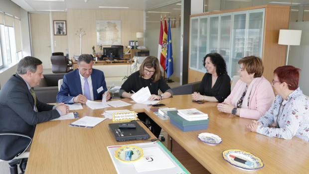 Rafael Martín y Regina Leal firman el acuerdo en la sede del Sescam en Toledo