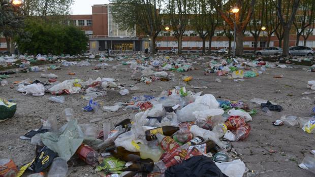 Residuos con los que ha amanecido la UCM tras el «macrobotellón»