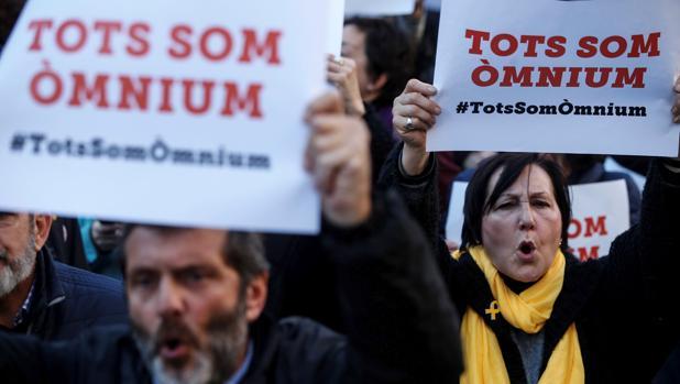 Manifestación de apoyo a Òmnium Cultural en Barcelona