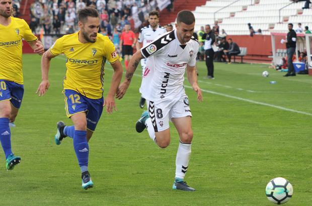 Dani Rordíguez intenta zafarse de los defensores del Cádiz CF