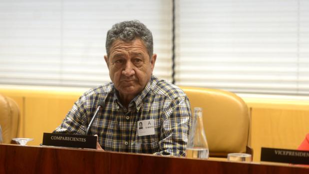 Santos González Rollán, enfermo por amianto, esta mañana en la Asamblea de Madrid