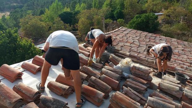 Reconstrucción del tejado de una de las casas de Fraguas