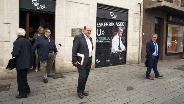El presidente del PNV, Andoni Ortuzar (c)