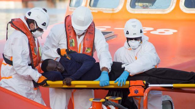 Efectivos de Salvamar Hamal trasladan a uno de los integrantes de la patera rescatada el 7 de junio