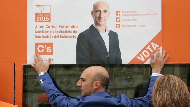 Juan Carlos Fernández coloca un cartel en la pasada campaña electoral