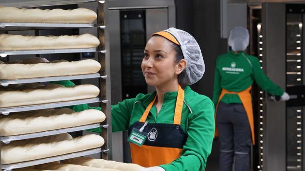 Imagen de una trabajadora de la «colmena» de Mercadona en Valencia