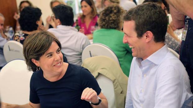 Soraya Sáenz de Santamaría y Pablo Casado conversan durante una cena en la que se reunieron los altos cargos del PP