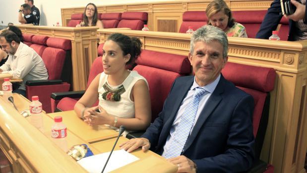 José Pablo Sabrido con Inés Sandoval, en el pleno del Ayuntamiento