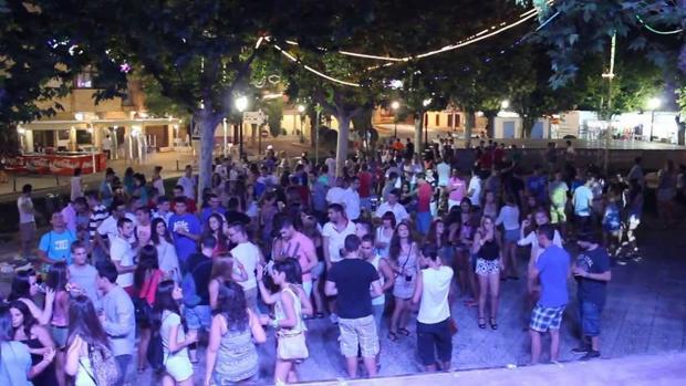 Jóvenes se divierten en una de las fiestas de Argés