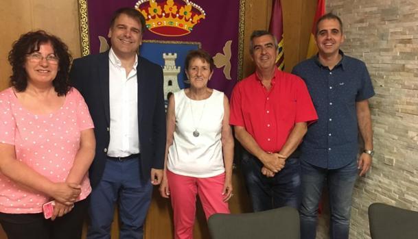 El director general de Telecomunicaciones y Nuevas Tecnologías de la Junta, Alipio García, con responsables políticos de Bujalaro y Villaseca de Henares