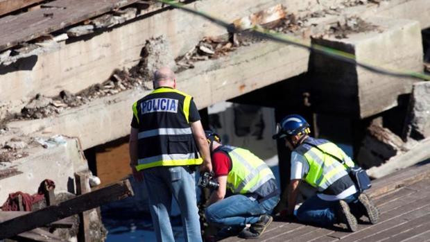 La Policía Nacional inspecciona el pantalán que se derrumbó en el festival O Marisquiño, en Vigo