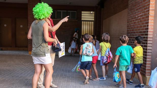 Imagen de archivo de niños entrando a un centro concertado