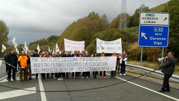 Vecinos de Porto protestan por la ejecuciónd e la carretera ZA-102