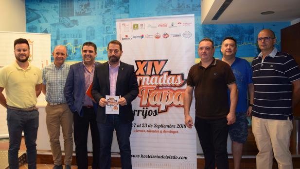El alcalde, Anastasio Arevalillo (cuarto por la izquierda), durante la presentación