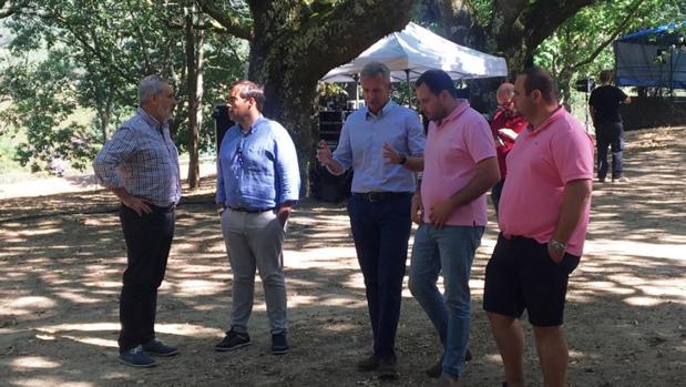 En el centro, Alfonso Rueda y Jorge Cubela, alcalde de Cerdedo-Cotobade, ultiman los detalles del acto que celebrarán hoy los populares gallegos