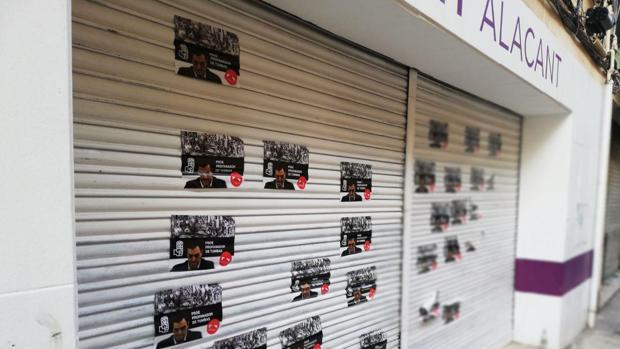 Los carteles con Pedro Sánchez en la persiana de la sede de Podemos Alicante