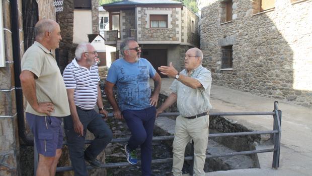 Varios vecinos dialogan en el centro de Porto de Sanabria