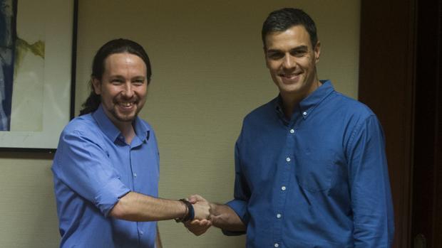 Pablo Iglesias saluda a Pedro Sánchez en una imagen de archivo
