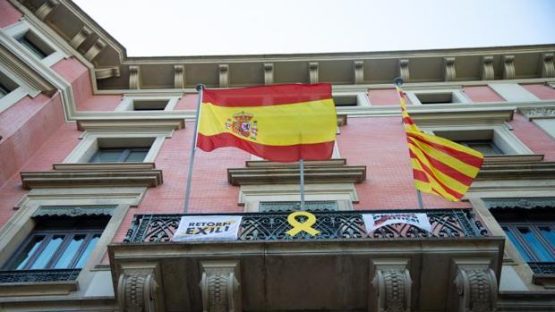 Detalle de varias banderas en un edificio de la Generalitat