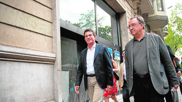 El exprimer ministro francés Manuel Valls, paseando por una calle de Barcelona el pasado 6 de septiembre