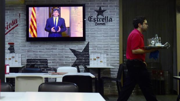 Los hosteleros creen necesario reflexionar sobre si ha llegado el momento de decir «basta ya» y «qué hacer» con la televisión en los bares
