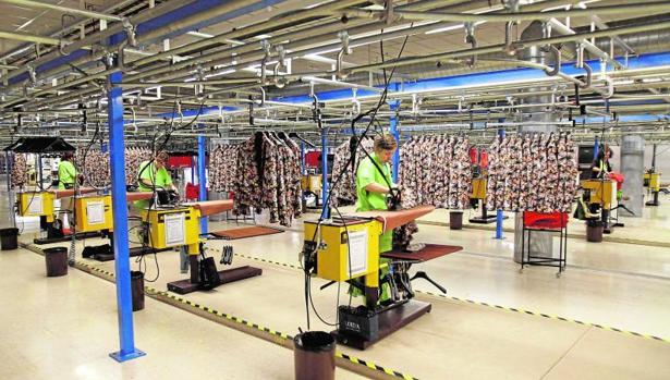 Trabajadores en la fábrica de Zara en Arteixo, el sector textil aglutina el 25% de las exportaciones gallegas