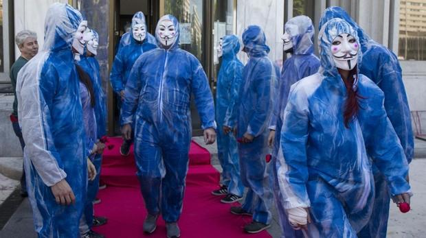 Miembros de Hogar Social, disfrazados durante un desalojo