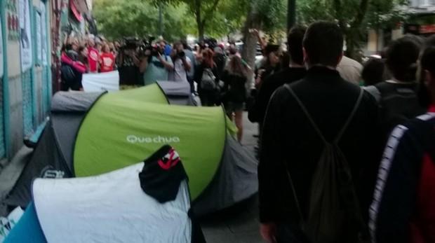 Manifestantes congregados en Lavapiés con tiendas de campaña donde han pasado la noche