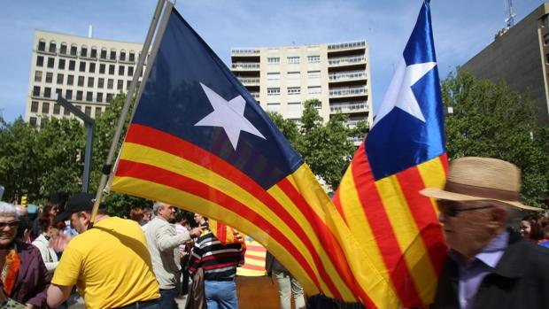 Banderas durante un acto identitrio en el centro de Zaragoza