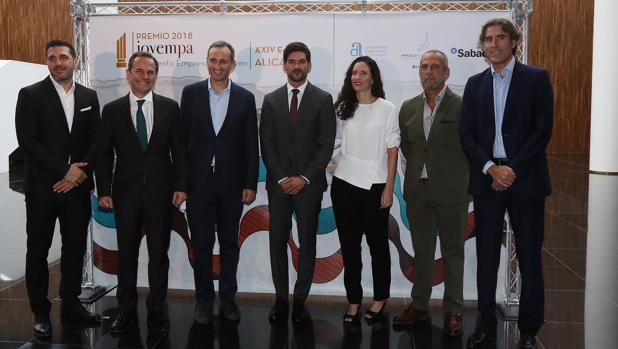 Autoridades y directivos de JOVEMPA durante la gala de entrega del premio, este viernes en el ADDA de Alicante