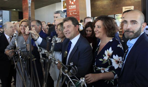 Emiliano García-Page, con una espada en la inauguración de Farcama