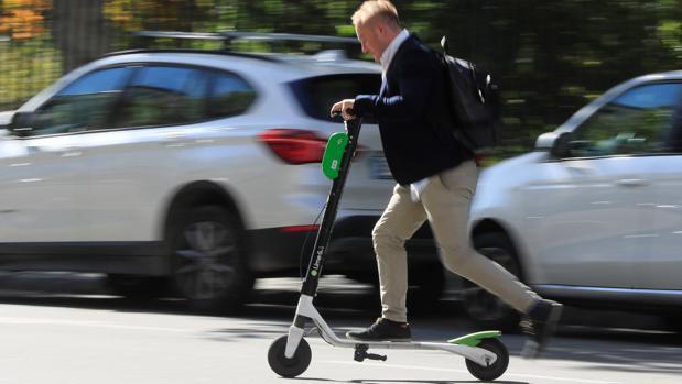 Un usuario de patinete eléctrico, en una imagen de archivo