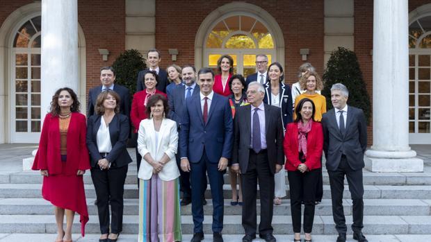 El presidente Pedro Sánchez, junto a sus ministros
