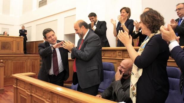 García-Page, aplaudido por compañeros de partido, tras su intervención en las Cortes