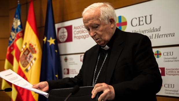 El arozbispo de Valencia, Antonio Cañizares, este miércoles en la lectura del manifiesto