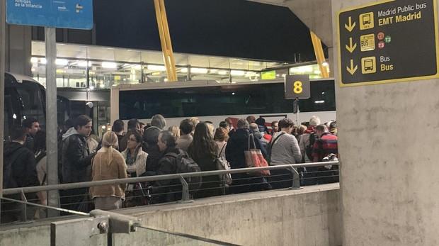 Los pasajeros del vuelo entre Madrid y Düsseldorf, en el exterior del aeropuerto