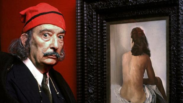 Dali posa frente a uno de sus retratos de Gala